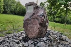 Fontána s posolstvom od Eleny Vacvalovej má vítať návštevníkov cintorína.