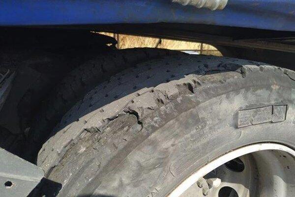 Kamión, ktorý zastavili policajti v Leviciach, mal takéto pneumatiky.