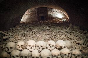 Kosti a lebky ukladali dávni hrobári vo vrstvách na seba, najnižšie ležali spráchnivené pozostatky.