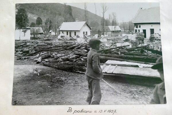 Archívna fotografia z roku 1937 z kroniky obce, ktorá zachytáva obec Fačkov po požiari.