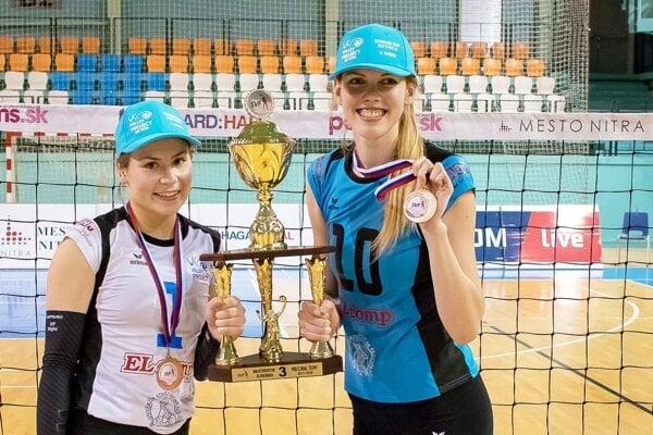 Nikola Stümpelová (vpravo) na archívnej snímke s bronzovou medailou, ktorú získala s tímom UKF Nitra.