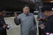 Severokórejský vodca Kim Čong-un pri kontrole novej ponorky.