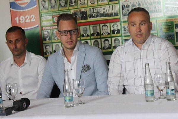Nové vedenie Partizána Bardejov, ktoré už neplatí. Lukáš Hricov (vľavo) končí, Dávid Gedeon (v strede) je vo väzbe, pokračuje len Stanislav Soroka.