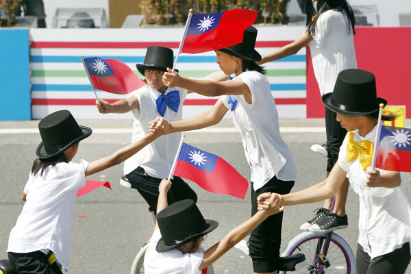 Umelci počas vystúpenia pri príležitosti osláv Národného dňa Taiwanu v Tchaj-peji.
