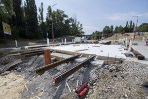 Električková trať z Karlovej Vsi do Dúbravky sa rekonštruuje. Na snímke nové koľaje na priechodoch 16. júla 2019 v Bratislave.