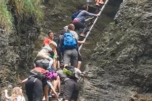 Turistom sa nechcelo čakať, zvolili vlastný spôsob výstupu.