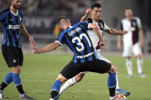 Milan Škriniar bráni Cristiana Ronalda v prípravnom zápase medzi Juventusom a Interom MIláno.