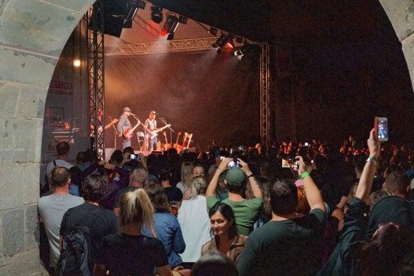 Zaplnené nádvorie Zvolenského zámku počas koncertu IMT Smile.