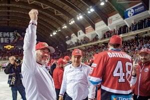 Prezident HC'05 Banská Bystrica Juraj Koval (vľavo) oslavuje majstrovský titul po víťaznom piatom zápase finále play-off Tipsport ligy v hokeji v roku 2019.