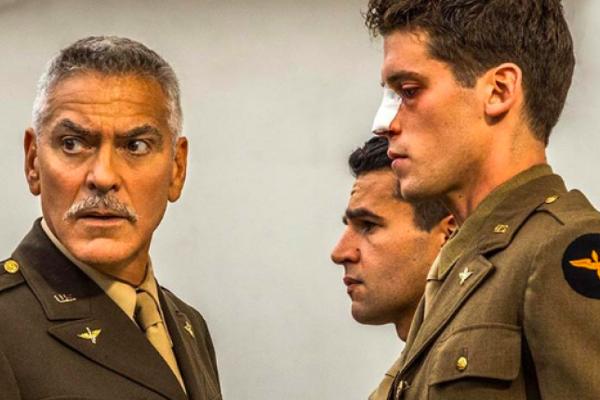 George Clooney a Christopher Abbott v seriáli Hlava 22. Abbbott hrá hlavnú rolu, vojaka Yossariana.