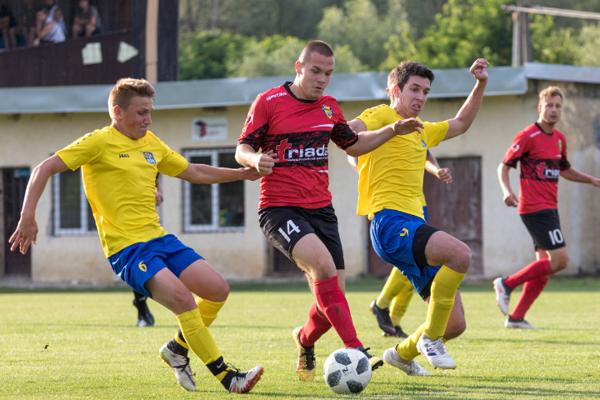 Vysoko by v novom ročníku tretej ligy mali rúbať futbalisti Humenného (v červenom).