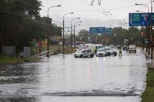 Zaplavená Gagarinova ulica po búrke a silnom daždi v Bratislave.