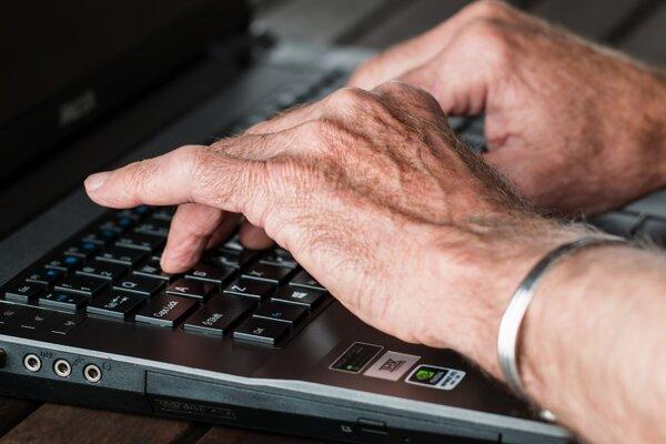 Ľudia nad päťdesiat rokov si prácu hľadajú ťažšie.