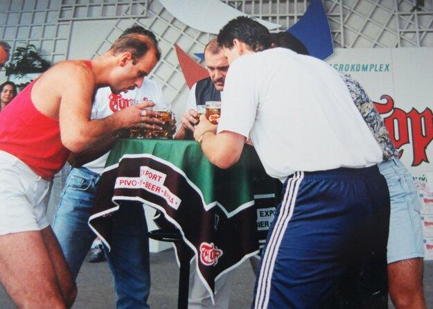 Pivná štafeta na súťaži v Martine, 90. roky minulého storočia. Róbert Bocian vľavo.