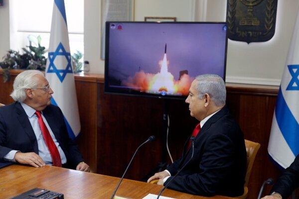 Benjamin Netanjahu (vpravo) a veľvyslanec USA David Friedman sledujú v Jeruzaleme štart rakety systému Arrow-3.