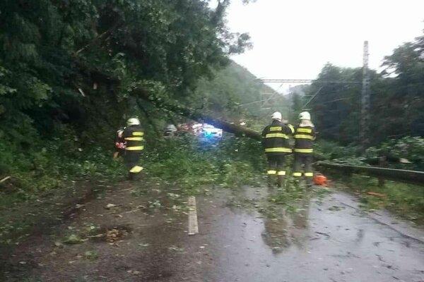 Do jedného zo spadnutých stromov narazil pri Hronskej Dúbrave rýchlik.