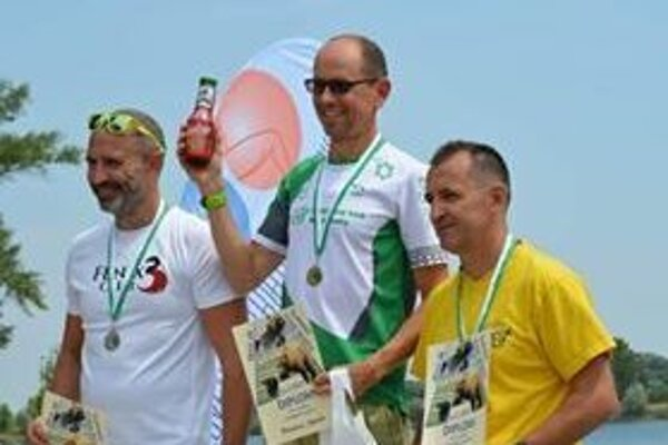 Uprostred víťaz kategórie Veteráni 1 Miro Ozorák vpravo tretí Tibor Németh.