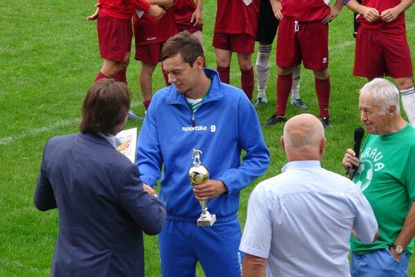 Za víťazné družstvo prevzal trofej kapitán Patrik Krivanka.