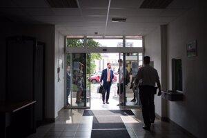 Obhajca Pavla Ruska Marek Para prichádza na súd.