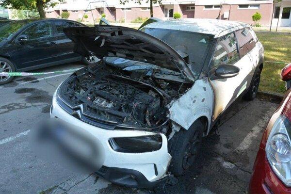 Pred panelákom horelo v nedeľu skoro ráno auto.