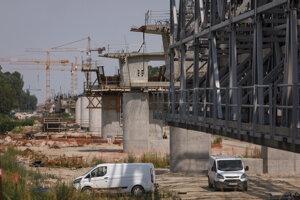 Pokračovanie výstavby diaľnice D4, ktorá po dobudovaní vytvorí vonkajší obchvat Bratislavy spojením hraničných priechodov Jarovce a Devínska Nová Ves.