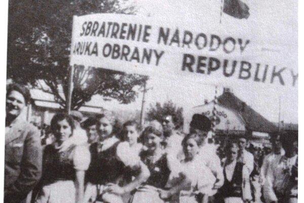 """Záber z manifestácie, transparenty hlásali heslá o """"sbratrení"""" národov."""