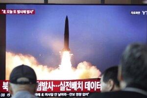 Test rakiet sledujú v teleízii obyvatelia juhokórejského Soulu.