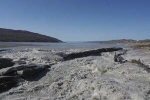 Voda z topiacich sa ľadovcov vteká do fjordu neďaleko Kangerlussaq na západe Grónska.