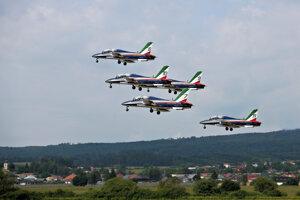 Akrobatická skupina Frecce Tricolori z Talianska počas letovej ukážky.
