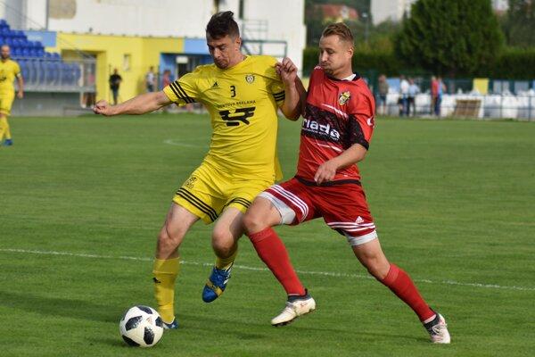 O druhý gól v sieti nováčika sa postaral kanonier Filip Serečin (vpravo), ktorý o loptu bojuje so Štefanom Majerníkom.