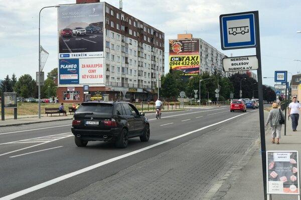 Cesta I. triedy pretína mesto Dubnica nad Váhom na dve polovice.