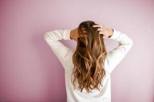 Suchý šampón. Prípravok, ktorý sa pre mladé mamy môže stať fantastickým pomocníkom. V bežných sieťach drogérií zoženiete šampóny na svetlé aj tmavé vlasy.