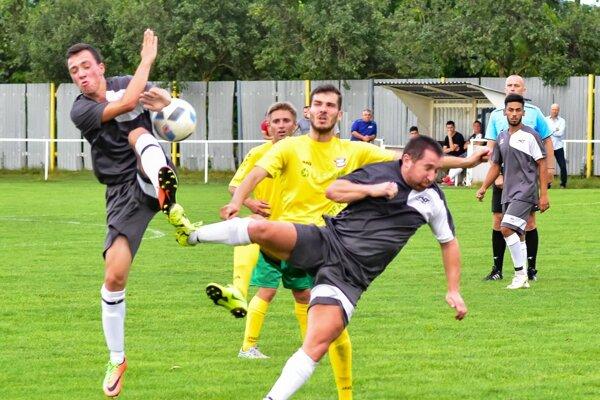 Futbalisti OFK Branč (v žltom) v prvom kole uspeli v Čakajovciach.