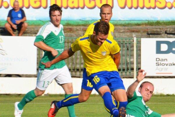 Futbalisti Šoporne v 1. kole porazili nebezpečné Trstice. V žltých dresoch Matúš Jánošík a Matej Pavlovič.