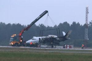 Žeriav odnáša súkromné lietadlo po požiari, ktorý stroj zachvátil počas pristávania na letisku Aarhus.