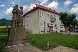 Pamätník pred budovou obecného úradu.