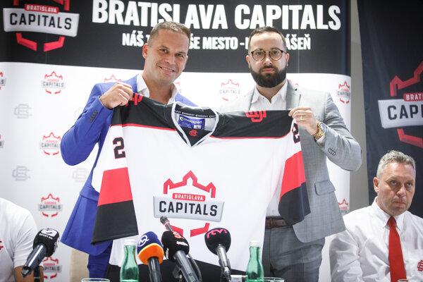Prezident Capitals Bratislava Dušan Pašek ml. (vľavo) so športovým manažérom Júliusom Kovalom ml.