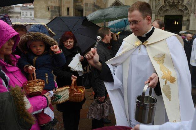Požehnanie veľkonočných jedál prebiehalo aj na námestí pred Dómom sv. Alžbety.