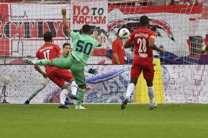 Eden Hazard strieľa gól v zápase Real Madrid - Salzburg.