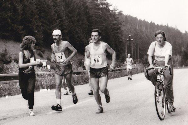 Momentka zRajeckého maratónu 1989. Sestra Mária (vľavo) podáva občerstvenie svojim bratom Pavlovi Uhlárikovi (č. 57) aKarolovi Uhlárikovi (č. 56).
