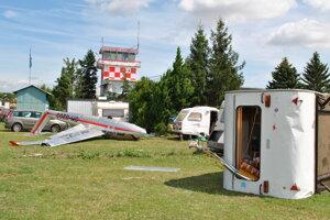 Škody boli aj na lietadlách či karavanoch.