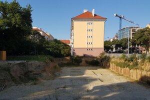 Pozemky, na ktorých mal vyrásť projekt Bytový dom - Vajnorská ulica.