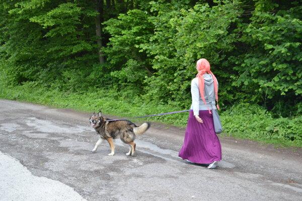 Veronika s Rexom má na prechádzku lesoparkom nepríjemnú spomienku.