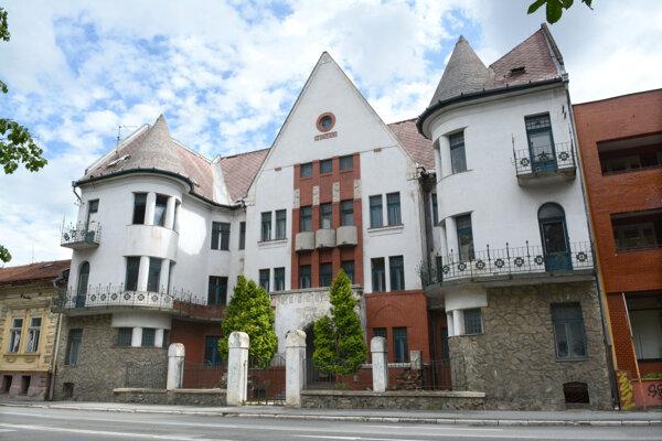 Secesná budova zo začiatku 20. storočia bola po presťahovaní dekanátu pre školu nepotrebná.