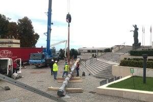 Práce pri stožiari pred parlamentom.
