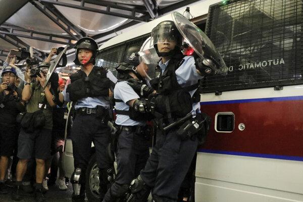 Protesty na letisku v Hongkongu.