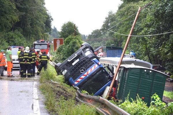 Cisterna poškodila dva vagóny.