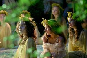 Mladé Rumunky oblečené ako letné víly sa účastnia slávnosti slnovratu.