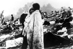 Jedna z ikonických fotografií festivalu Woodstock - mladý pár zahalený v deke.