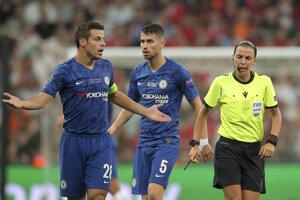 Cesar Azpilicueta (vľavo) a Stephanie Frappart v zápase Superpohára UEFA medzi FC Liverpool - Chelsea Londýn.
